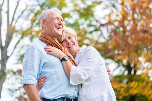 Älterer mann und frau, die in der liebe sich umfasst