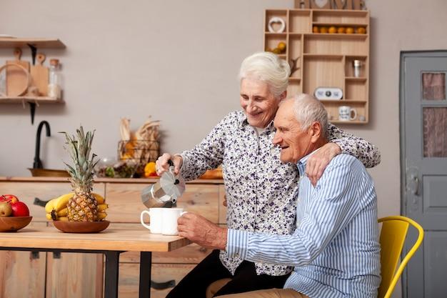 Älterer mann und frau, die kaffee trinkt