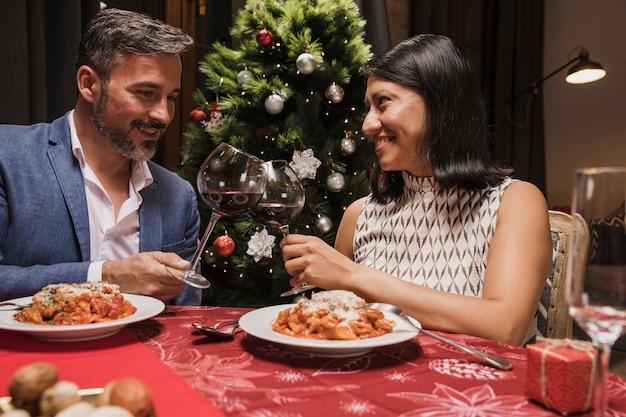 Älterer mann und frau, die weihnachten feiert