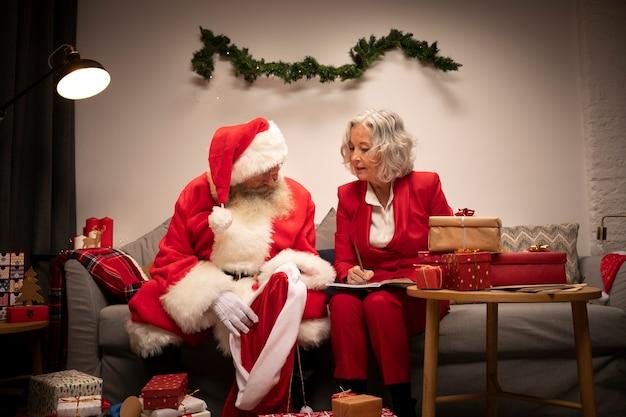 Älterer mann und frau, die zum weihnachten fertig wird