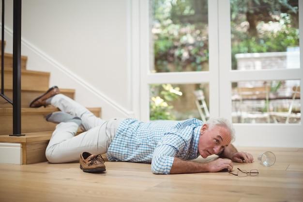 Älterer mann von der treppe gefallen