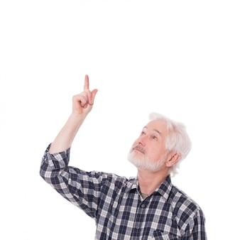 Älterer mann zeigt auf etwas