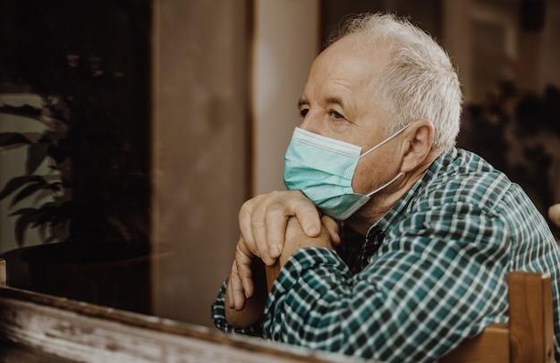 Älterer mann zu hause während einer coronavirus-pandemie unter quarantäne gestellt