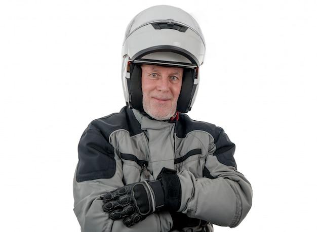 Älterer mitfahrer mit dem weißen sturzhelm getrennt auf dem weiß