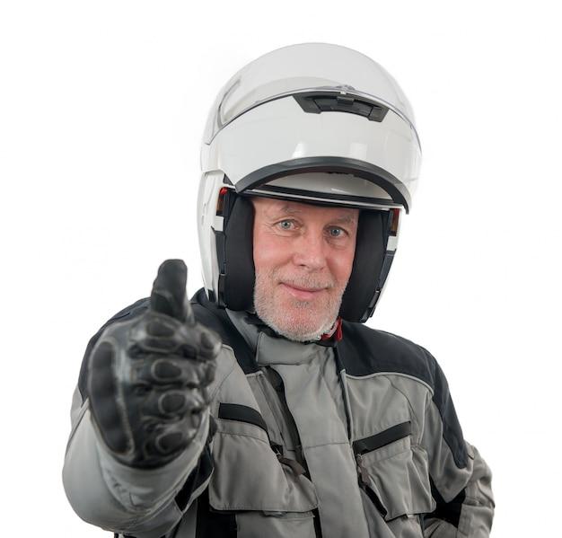 Älterer mitfahrer mit dem weißen sturzhelm getrennt auf dem weißen hintergrund
