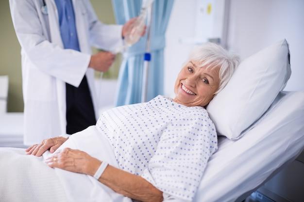 Älterer patient, der auf einem bett liegt