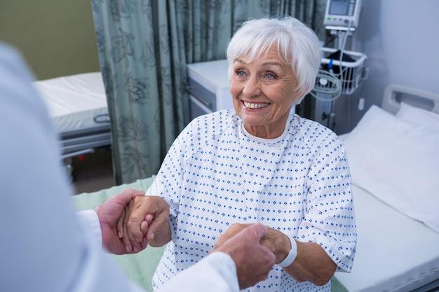 Älterer patient, der hilfe vom arzt erhält