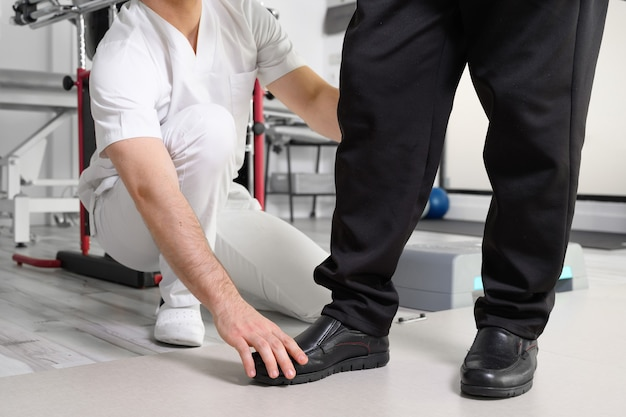 Älterer patient und physiotherapeut bei rehabilitationsübungen.