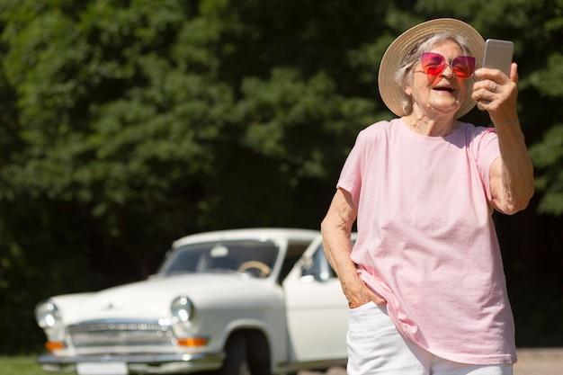 Älterer reisender mit roter sonnenbrille