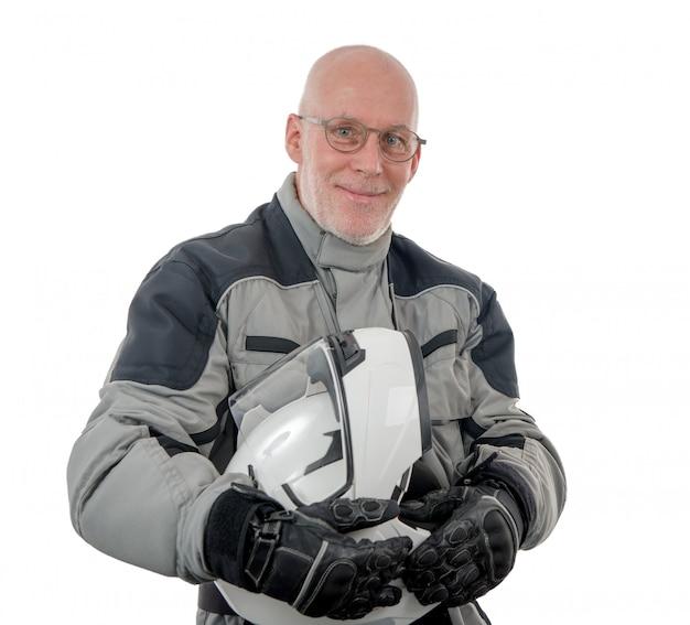 Älterer reiter mit weißem sturzhelm