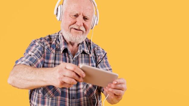 Älterer schauender des niedrigen winkels auf mobile
