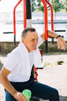 Älterer sportiver mann, der nachdem dem trainieren stillsteht