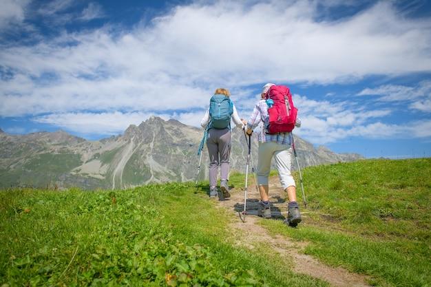 Älteres befreundetes paar bei einem spaziergang in den bergen