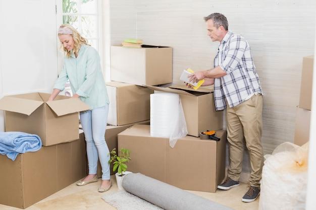 Älteres ehepaar im wohnzimmer zu hause ausziehen