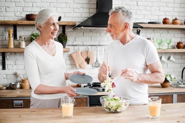 Älteres ehepaar in der küche kochen
