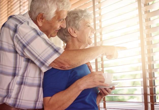 Älteres ehepaar macht eine kaffeepause