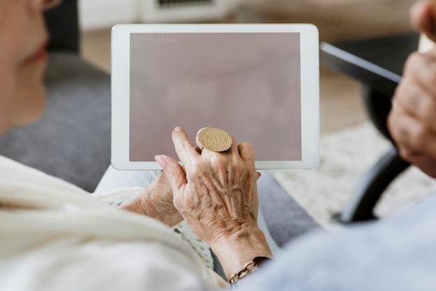 Älteres ehepaar mit einem tablet auf einer couch