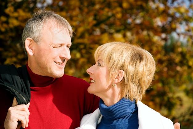 Älteres ehepaar spazieren