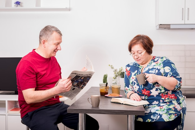 Älteres ehepaar zusammen frühstücken