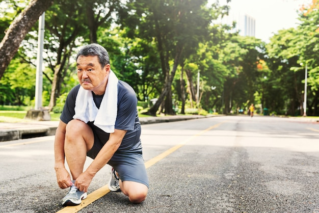 Älteres erwachsenes jogging-lauftrainings-sport-tätigkeits-konzept