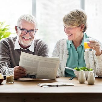 Älteres erwachsenes lesezeitungs-freizeit-konzept