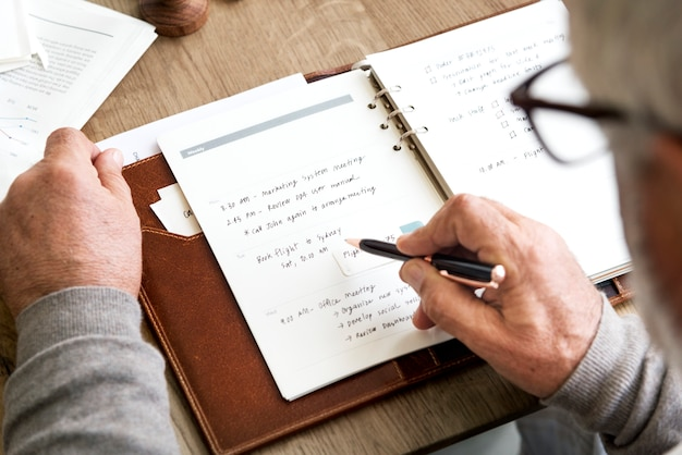 Älteres erwachsenes planungs-agenda-kalender-konzept