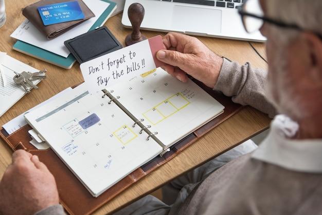 Älteres erwachsenes planungs-tagesordnung-kalender-konzept