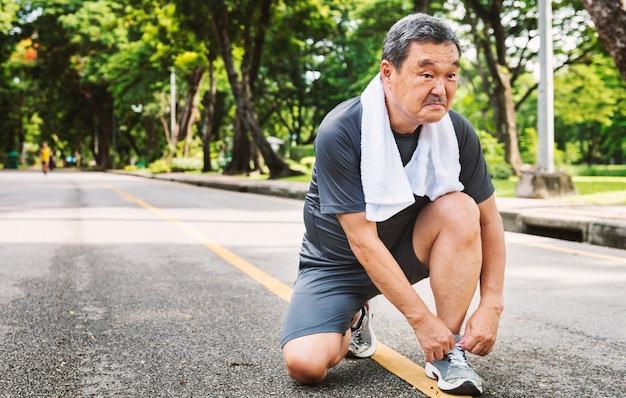 Älteres erwachsenes rüttelndes laufendes übungs-sport-tätigkeits-konzept