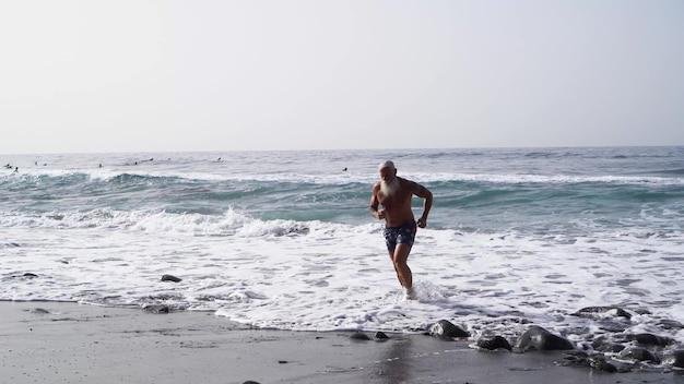 Älteres gesundes menschenlebensstil- und sportkonzept