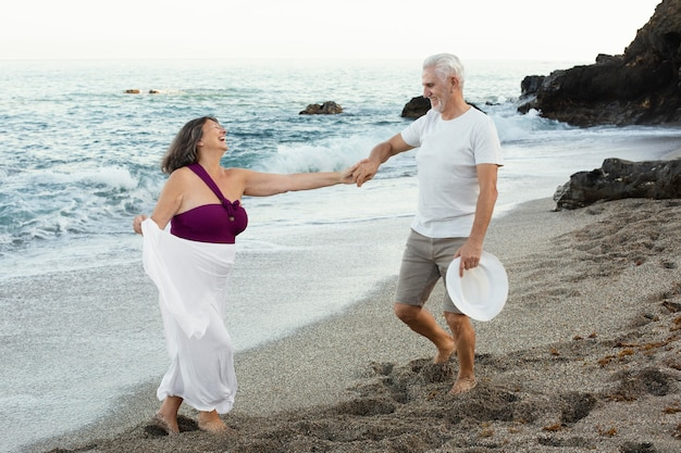 Älteres liebespaar, das zeit zusammen am strand verbringt