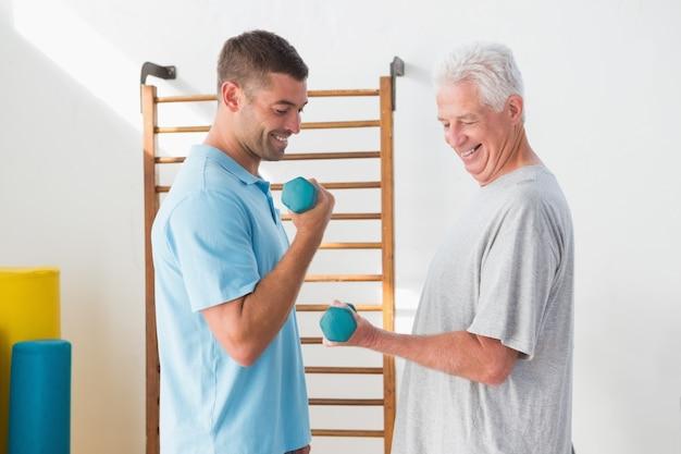 Älteres manntraining mit seinem trainer