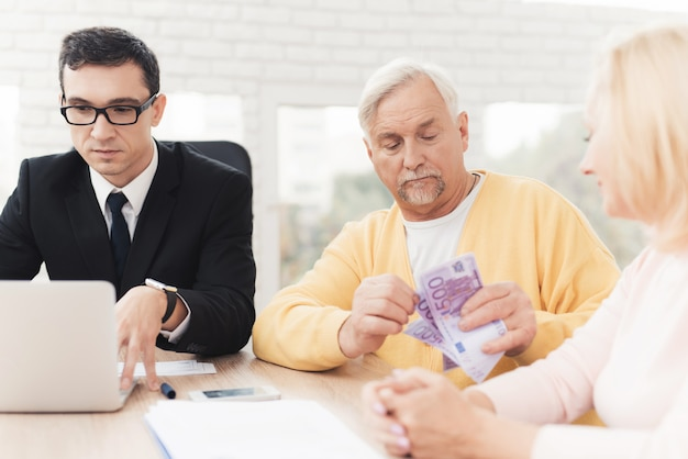 Älteres paar an einem empfang mit einem anwalt