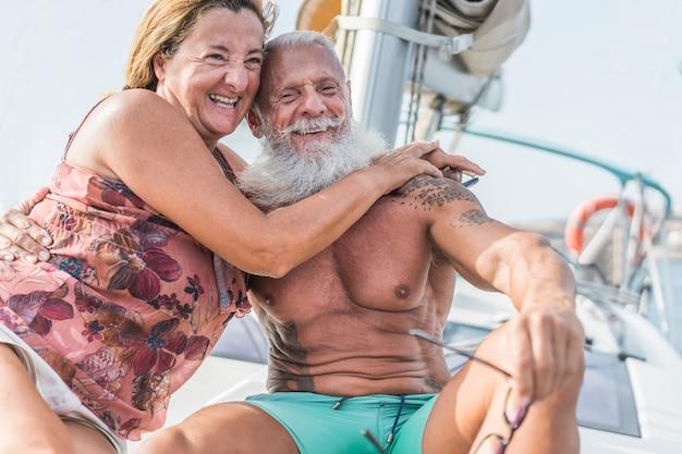 Älteres paar auf segelboot während luxus-ozeanreiseurlaub