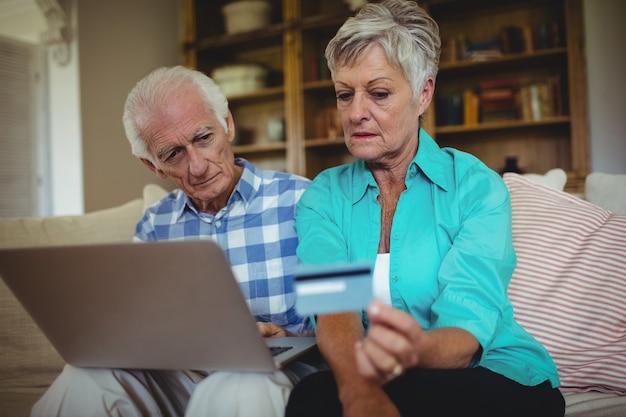 Älteres paar beim online-shopping auf dem laptop