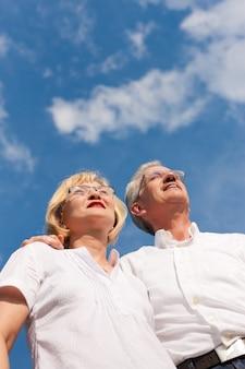 Älteres paar, blick in den blauen himmel