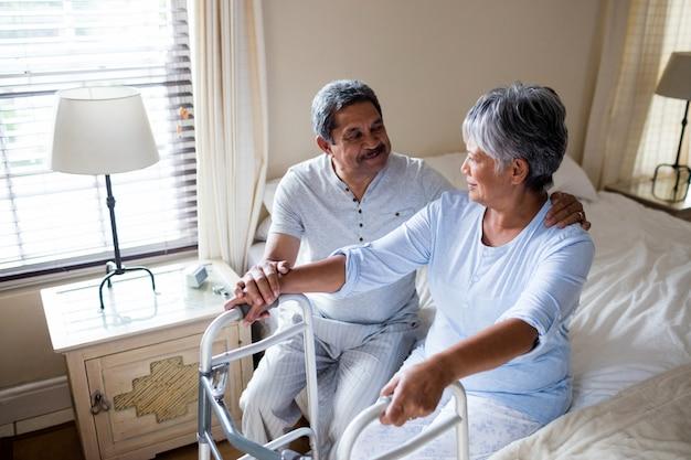 Älteres paar, das auf dem bett miteinander interagiert