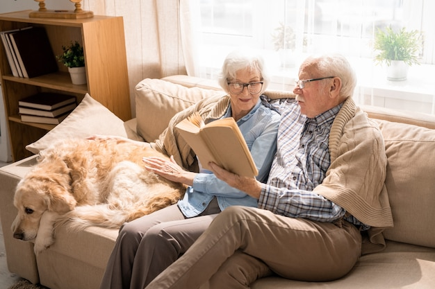 Älteres paar, das bücher liest