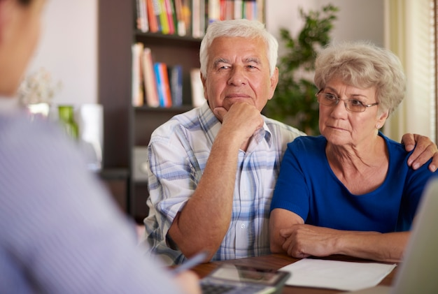 Älteres paar, das einen besuch beim buchhalter macht