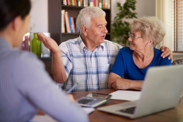 Älteres paar, das einen finanziellen deal macht