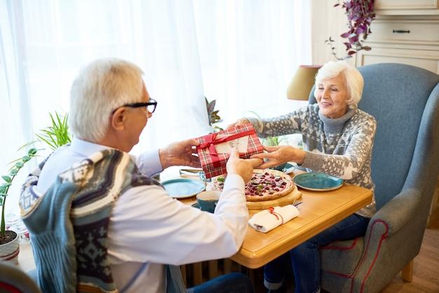 Älteres paar, das geschenke austauscht
