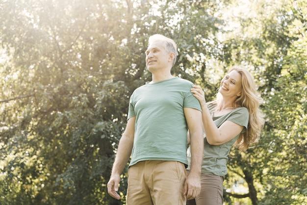 Älteres paar, das glücklich und draußen ist