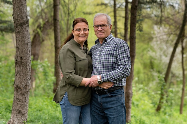 Älteres paar, das im park aufwirft