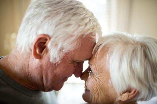 Älteres paar, das im schlafzimmer zu hause romantisiert