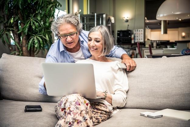 Älteres paar, das online einkauft