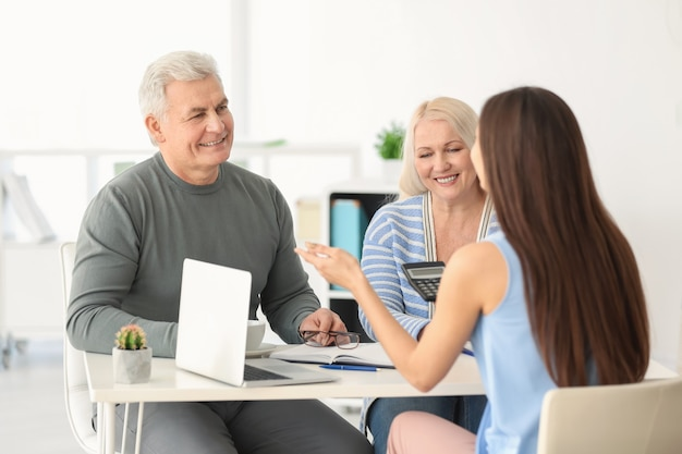 Älteres paar, das pensionsplan mit berater im amt bespricht