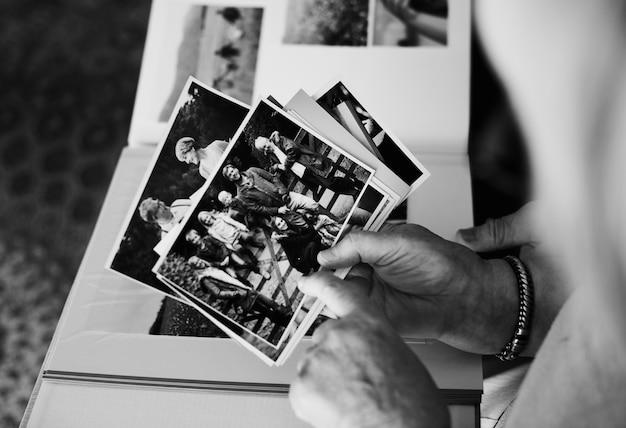 Älteres paar, das sich das familienfotoalbum anschaut
