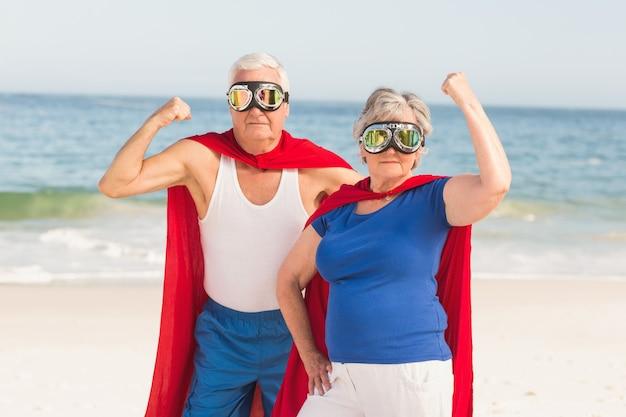 Älteres paar, das superman-kostüm trägt