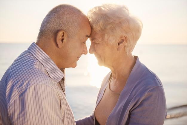 Älteres paar, das von angesicht zu angesicht steht