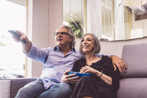 Älteres paar, das zeit im wohnzimmer verbringt