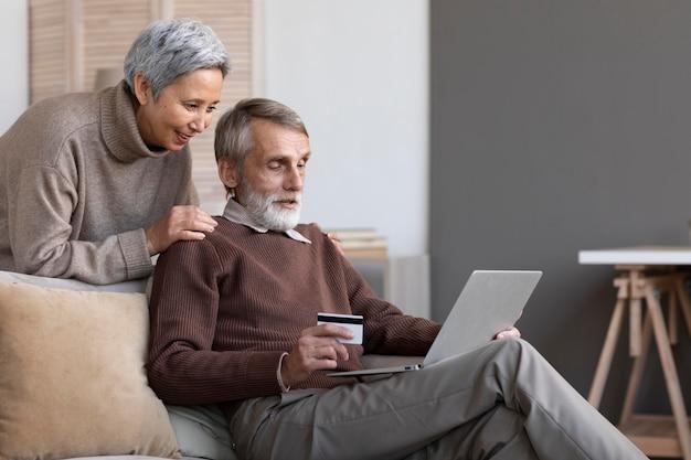 Älteres paar, das zu hause entspannt